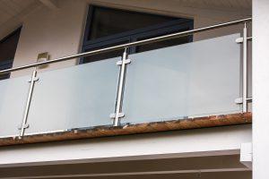 3506 mit Glas matt und durchgehendem Handlauf