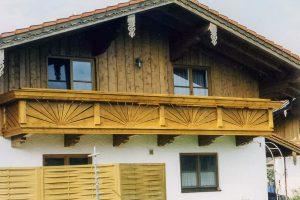 Balkon mit Sonnenelementen