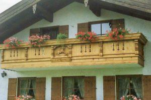 Balkon-berchtesgaden-mit-figur
